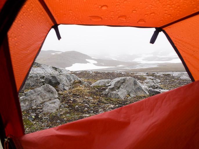 Näkymä teltasta olosuhteiden paranemista odotellessa. Storelvvatnan, Norja