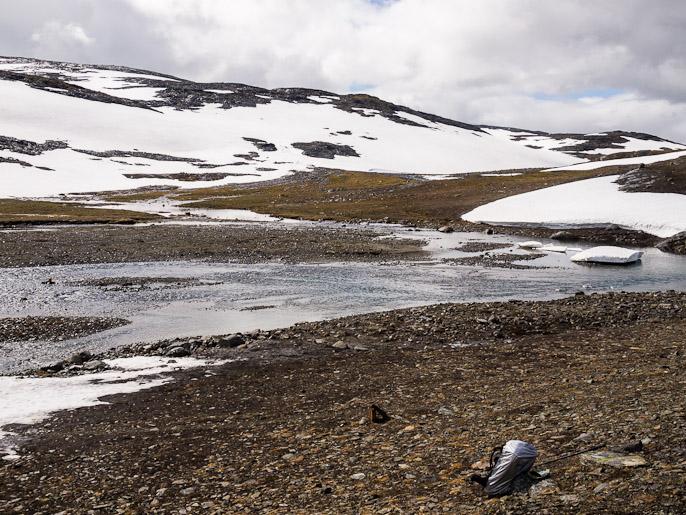 Ensimmäisestä kahlauspaikasta tulosuuntaan, ylitin virrat kuvan vasemmasta reunasta, ja vesi oli kylmää. Storelvvatnan, Norja