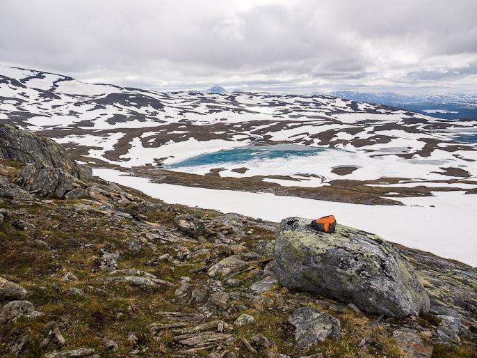 Reitti kulki edelleen ylemmäs, tässä kohti korkeus n. 900 metriä, kuva tulosuuntaan. Storelvvatnan, Norja
