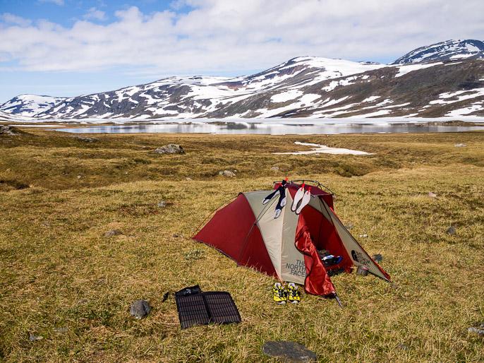 Aamupäivä kivalla leiripaikalla, akut latautuvat auringon valolla ja sukat kuivuvat kastuakseen heti uudelleen. Sårjåsjaure, Ruotsi
