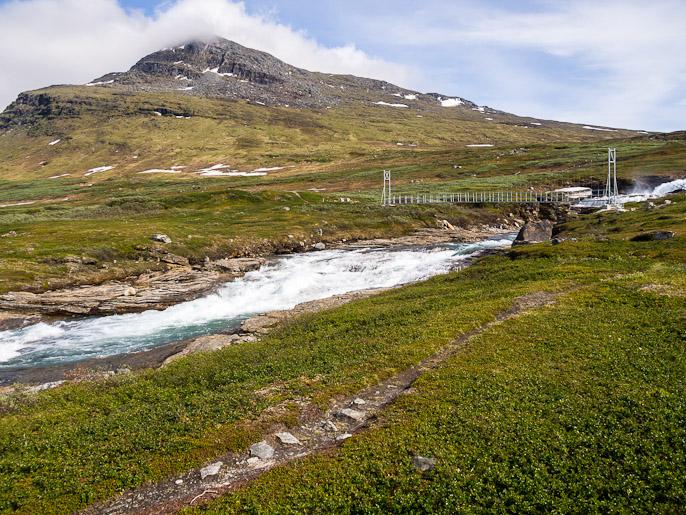 """Ruotsissa ja Suomessa sillat ovat periaatteella, että jos silta tarvitaan niin tehdään hyvä, norjalaiset asenteella """"kyllä tämä riittää"""". Staddajåkkå, Ruotsi"""