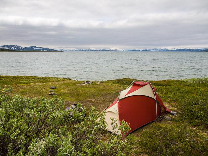 Leiri suuren Virihaure-järven rannalla. Staloluokta, Ruotsi