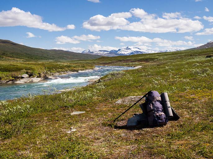 Välillä unohdin ottaa kuvan leiripaikasta teltta pystyssä, tässäkin kamat jo pakattuna, taustalla Sarekin kansallispuiston tuntureita. Låddejåkkå, Ruotsi