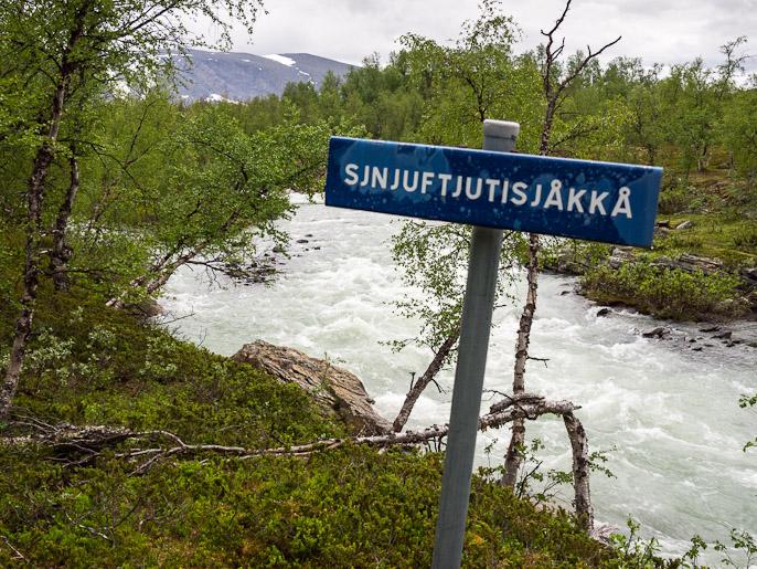 Juuri se joki, jostain syystä tämä on ainoa kyltitetty joki. Sjnjuftjutisjåkkå, Ruotsi