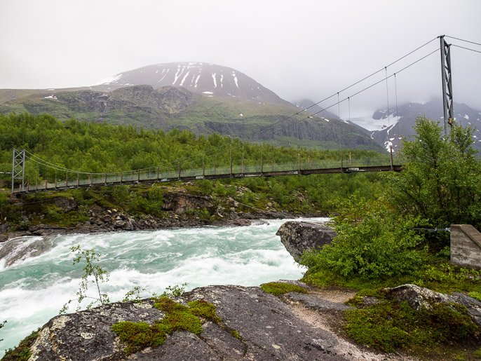 Pitkä riippusilta todella voimakkaana virtaavan Vuojatätnon yli. Vuojatätno, Ruotsi