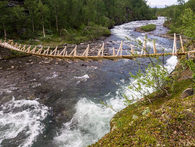 Sillan toisen puolen vaijerin kiinnike mennyt rikki, joten silta roikkui hieman toispuoleisena, yli kuitenkin menin koska saman reitin kulkeminen takaisin ei innostanut. Upmasjåkkå, Ruotsi