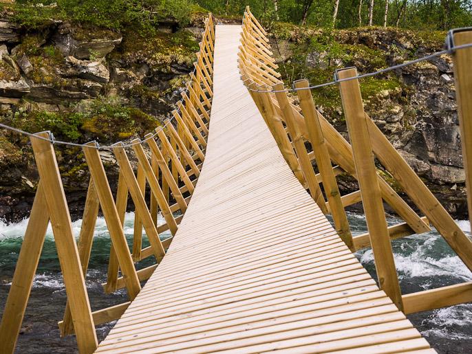 Lisää jännitystä vaellukseen saa tällaisella sillalla. Upmasjåkkå, Ruotsi
