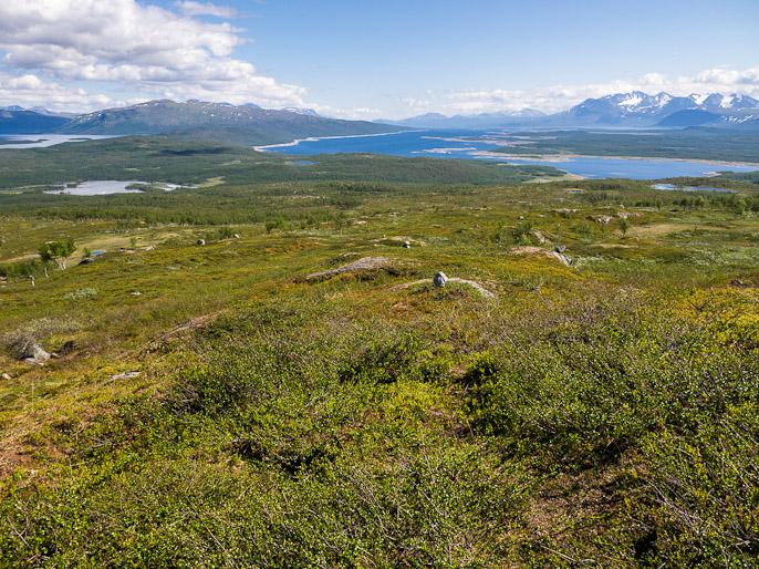 Pitkää loivaa nousua, oikealla näkyvän Akka-tunturin etupuolelta tulin lautalla järven yli edellisen etapin päätteeksi, tulosuuntaan näkyy parin päivän taival. Vakkatjavelk, Ruotsi