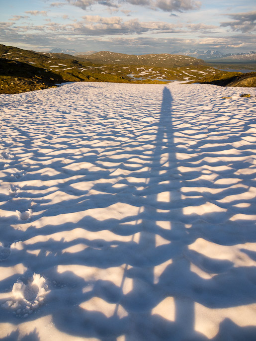 Takaisin ylhäällä lumikentillä ja pitkä varjo tulosuuntaan. Svartitjåkkå, Ruotsi