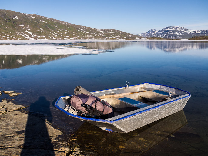 Kävin hakemassa rinkan veneellä, kun olin ensin kokeillut ylitystä ilman sitä. Bovrojavri, Norja