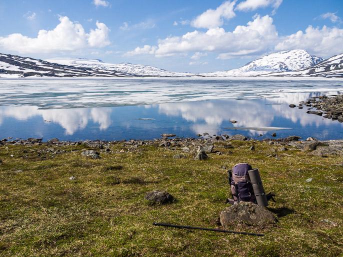 Järvi alkoi jäätymään edellisenä yönä heti auringon laskeudutta tuntureiden taakse, vielä 7. heinäkuuta, mutta aamulla uusi jää oli jo sulanut. Bovrojavri, Norja