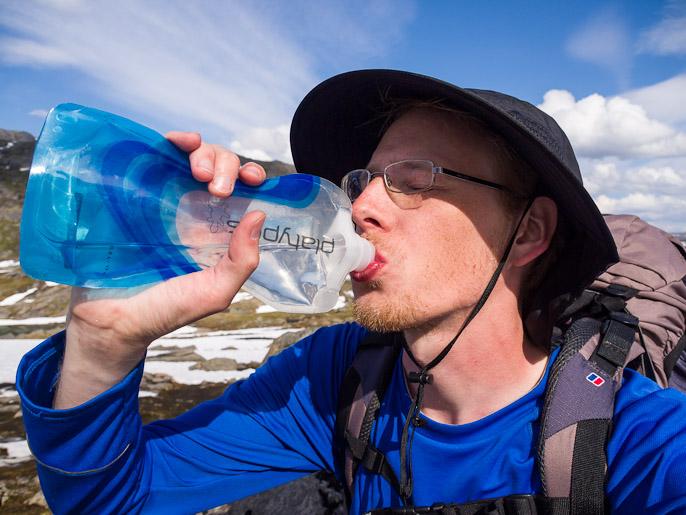 Lämpimänä päivänä jääkylmä vesi maistuu, mutta viileällä säällä se tuntuu joskus tulevan lähes suoraan kehon läpi. Paurofjellet, Ruotsi