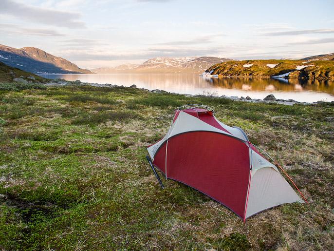 Vielä selkeää ennen yöllistä pilvien kerääntymistä, sateenkaaria ja sadetta. Sitasjaure, Norja