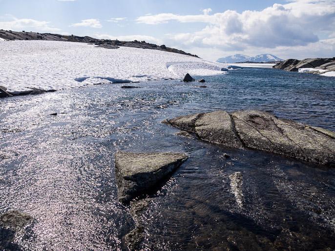 Tälläkään kertaa ei tarvinnut epäillä olisiko vesi kylmää kahlatessa. Skoaddejavri, Norja