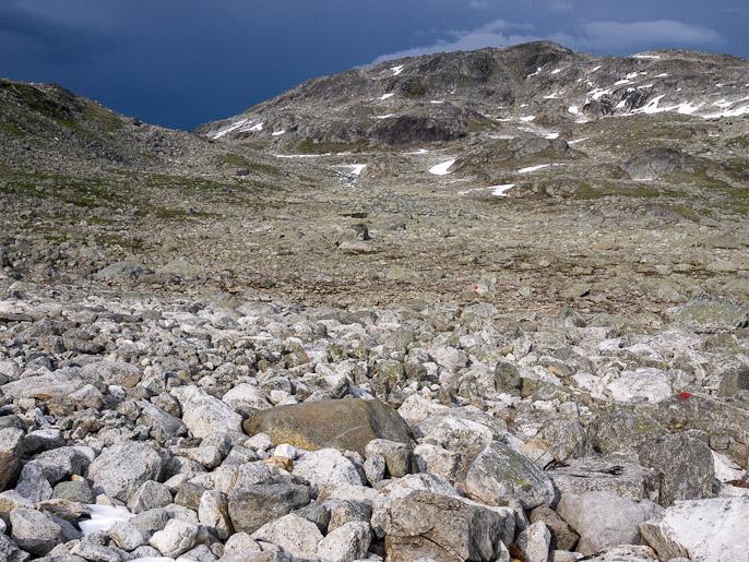 Kivillä kävelyä ja hieman epäilyttävän näköiset pilvet, ylhäällä sitten sainkin sadetta. Dulbbot, Norja