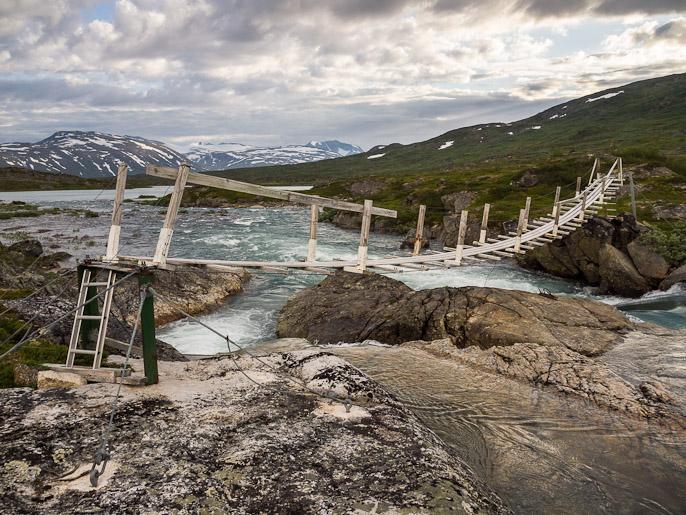 Norjalaista siltamallia, parempi kuitenkin kuin ei siltaa ollenkaan ja mennessä voi hyräillä Indiana Jones -tunnaria. Cunovuopmi, Norja