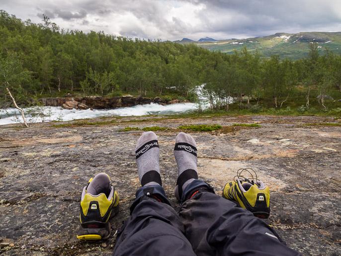 Kipeän nilkan lepuutusta ja jalkojen tuuletusta. Valffujohka, Ruotsi