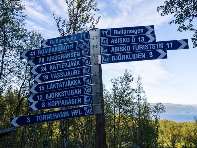 Ruotsalaista vaellusreitin kyltitystä, Abisko Ö:stä olin tullut tänne. Tornehamn, Ruotsi