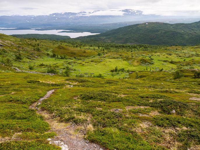 """Osa edellisen päivän reitistä Torniojärven luoteispäästä ja tämän """"aamupäivän"""" ohjelma, nousta ylös tunturiin, leiri oli alhaalla järven rannalla. Lappjordhytta, Norja"""