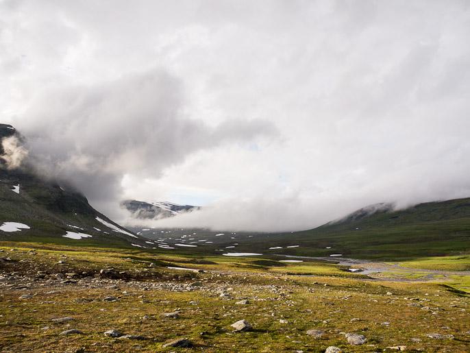 Pilviä alkaa kerääntymään kun leiripaikka lähenee, ennen leiriytymistä vielä oikealla olevan joen ylitys. Ruov'doaivit, Norja