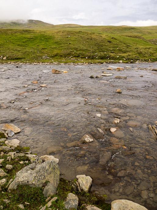 Peruskahlaus, vettä ei ole pahimmillaan kuin 30-40 senttiä näin korkealla tunturissa, kivien liikkuminen jalkojen alla on pahinta, sekä veden kylmyys. Ruov'doaivit, Norja