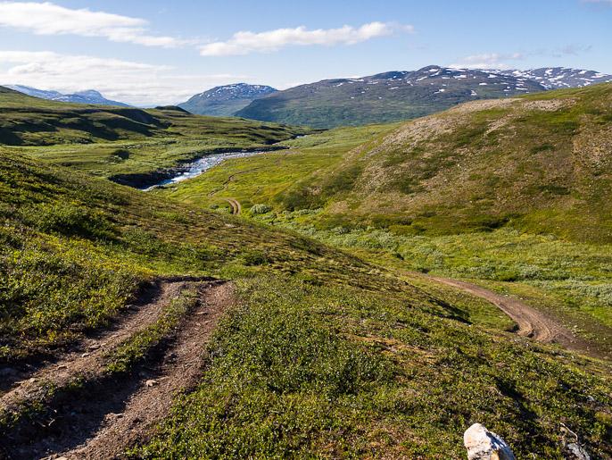 Kiva sää taivaltaa alaspäin muutamalle mökille vievää mökijäuraa pitkin ja kohti Altevatnetia. Salvvasjohka, Norja