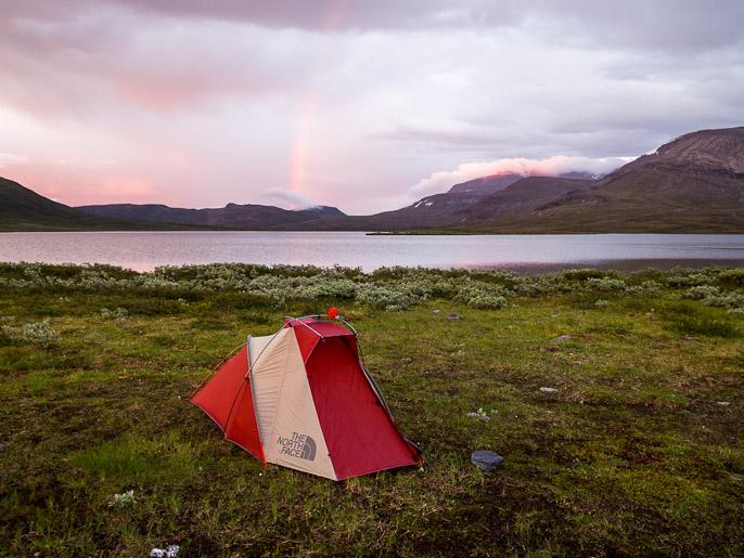 Jälleen keskiyön telttakuva, täällä venyikin päivä aamuyöhön asti kuvausolosuhteita tarkkaillessa. Vuomajavri, Norja