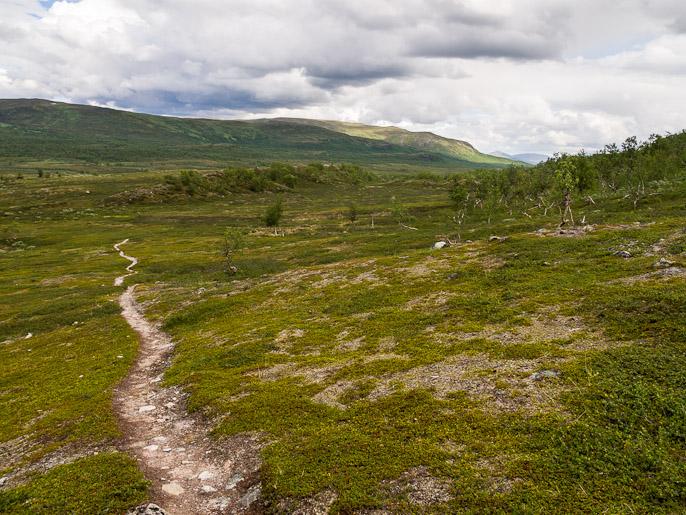 Pilviä alkoi kerääntymään ja kohta pääsinkin kulkemaan vaihteeksi kunnon sateessa. Anjavassdalen, Norja