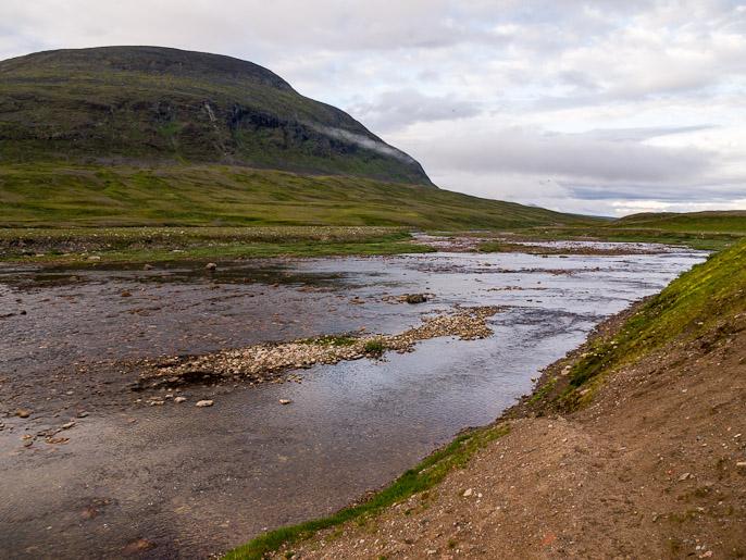 Matala, mutta pitkä kahlaus, jossa kaikki kivet pienistä suuriin liikkuivat jalkojen alla. Skaktarjohka, Norja