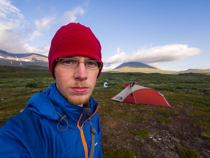 Aika siistin näköisenä olen onnistunut pysymään, taustalla Pältsan huippu pilvien sisällä. Bealccanjohka, Ruotsi