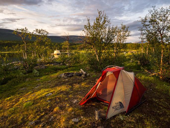 Telttailua kolmen valtakunnan rajapyykin vieressä. Golddajavri, Norja