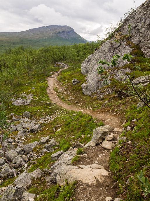 Saana näkyvissä ja kymmenisen kilometriä vielä kävelyä ennen kuin pääsin Kilpisjärvelle syömään. Mallan luonnonpuisto, Suomi