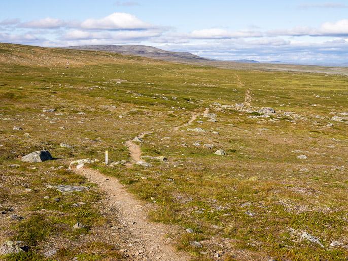 Pitkää polkua, kaukaisuuteen katsoessa matka ei tunnu lyhenevän yhtään, mutta jalkoihin tuijottaessa huomaa kohta olevansa perillä. Kahperusvaarat, Suomi