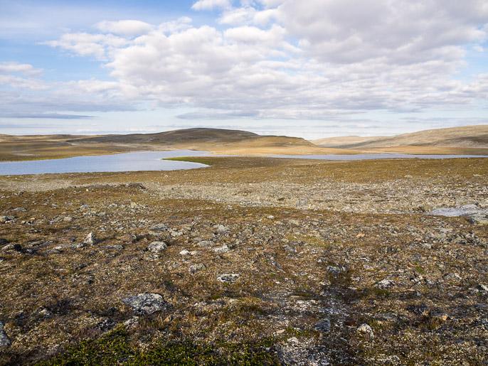 Polku pienenee heti huomattavasti kun lähtee Pitsusjärveltä kohti Somasjärveä eikä Haltia, seuraavan yön leiri oikealla olevan järven rannalla. Cahppesjavrrit, Suomi