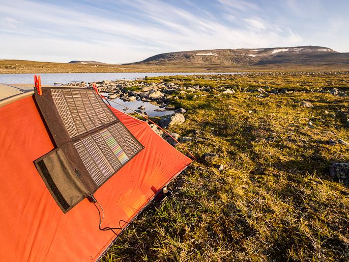 Ilman telttaa olisi vaikea saada suunnattua kennoja kohti matalalta paistavaa aurinkoa tällaisessa maastossa. Cahppesjavrrit, Suomi