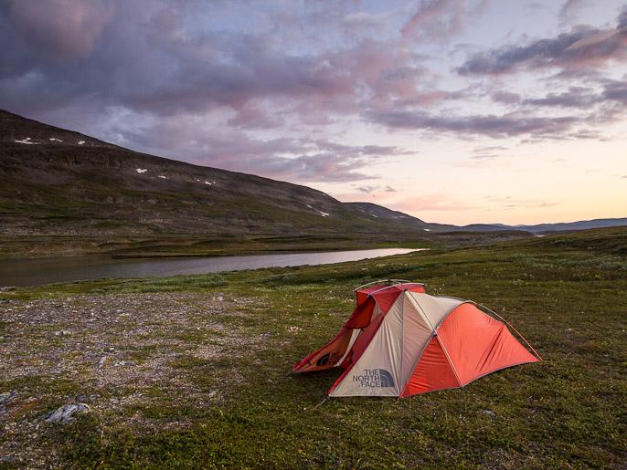 Teltalle löytyy helposti tasainen paikka. Coalbmejavrrit, Norja