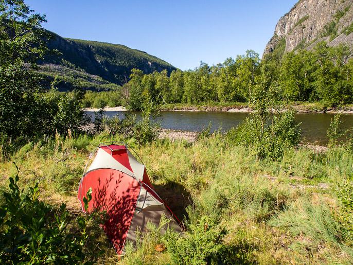 Teltalle sopivaa paikkaa joutuu Reisadalenissa välillä hakemaan tiheän metsän ja runsaan aluskasvillisuuden takia. Reisadalen, Norja
