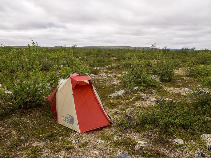 Tässä maisemassa ja näissä olosuhteissa kuvailuun tulee uusia haasteita, kun on ensin tottunut suuriin tuntureihin ja lähellä oleviin jyrkänteisiin. Njargajohka, Norja