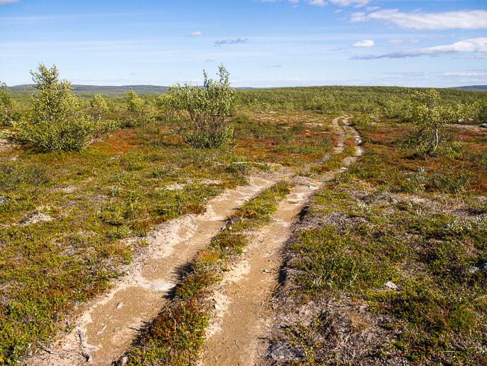 Hiljaisten mönkijäurien hyödyntämistä, ketään ei tullut vastaan näillä, ja uralla kävellen kuluttaa vähemmän maastoa. Heasttabuolza, Norja