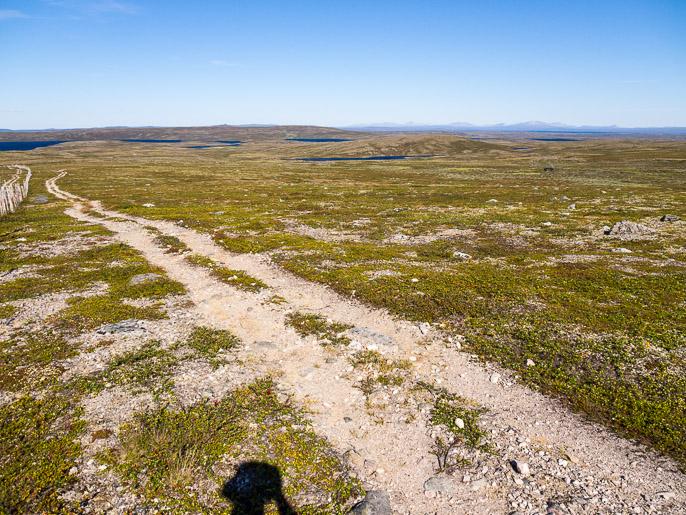Takaisin mönkijäuralla, suunta tuonne kaukaisuudessa näkyville tuntureille Stabbursdalenin kansallispuistossa. Bavttasoaivi, Norja