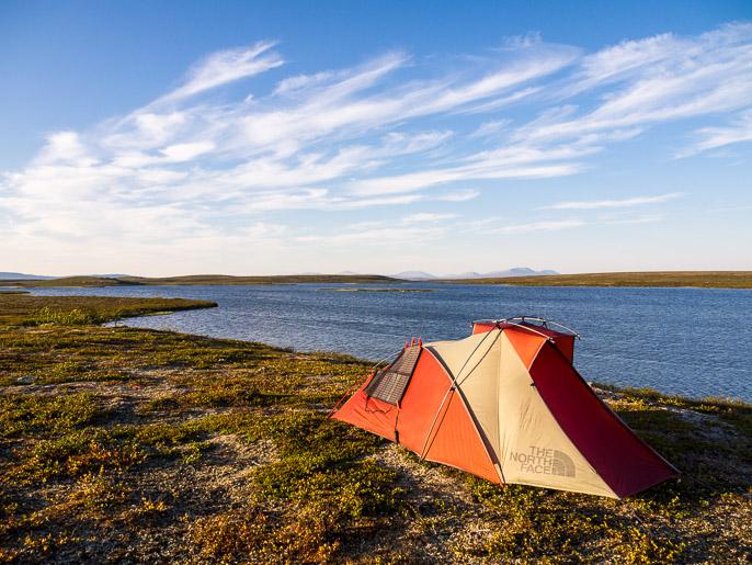 Idyllistä telttailua, todella kovassa tuulessa. Njargajavri, Norja