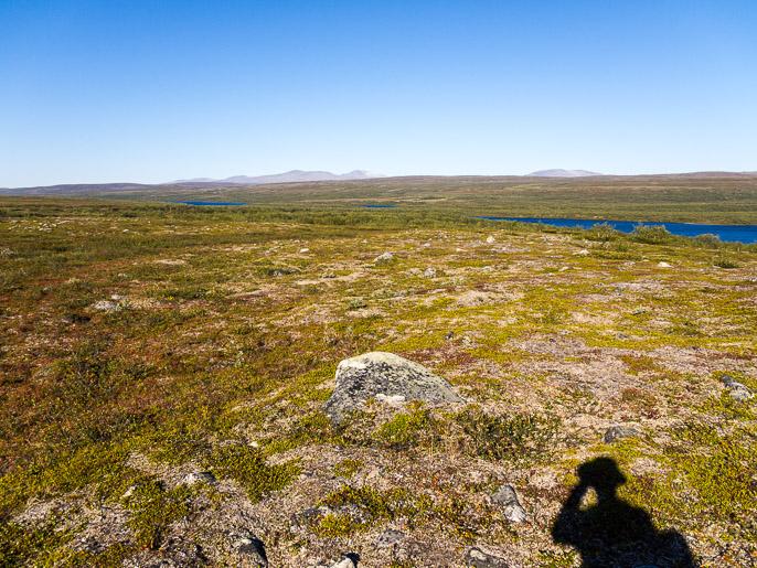 Takaisin avomaalle ja katsomaan parin päivän ajan kaukaisuudessa näkyneitä Stabbursdalenin kansallispuiston tuntureita. Ravttosjavri, Norja