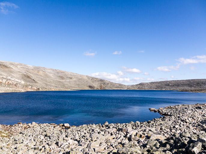 Yksinkertaista maata, kiveä ja vettä. Skuovgilrassa, Norja