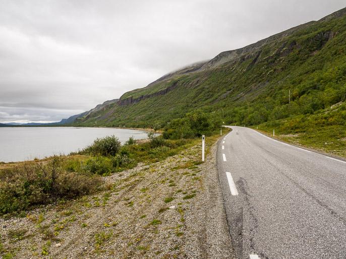 Tietä pitkin vuononperälle ja kauppaan! Yksi etappi jälleen takana. Porsangerfjorden, Norja
