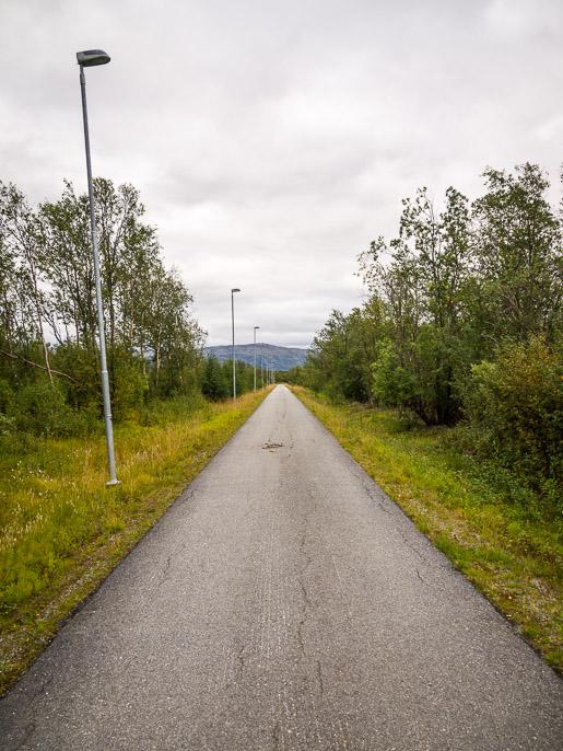 Jalkakäytävällä kävelyä. Lakselv, Norja