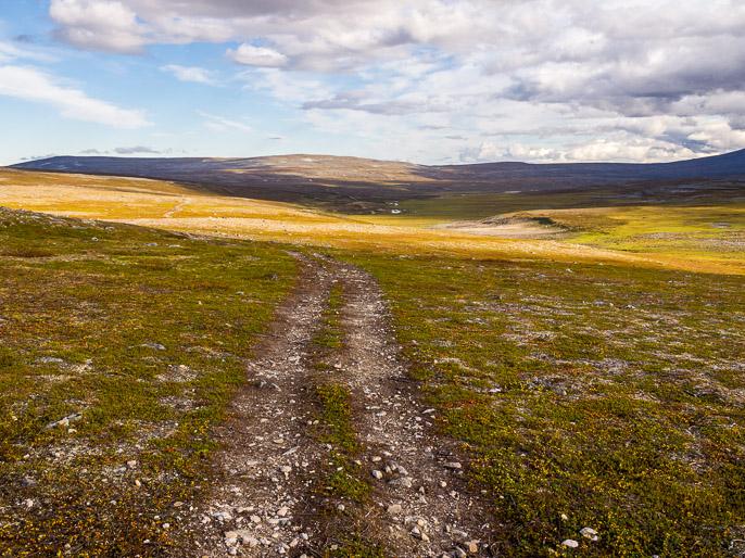 Päivän kävely kohta takana, huomenna edessä olevien tuntureiden yli. Luostejohka, Norja
