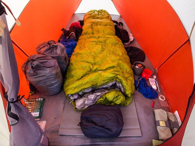 Normaali telttajärjestys, harmaita ruokasäkkejä piti siirrellä sen mukaan, kummalta puolelta aurinko paistoi, jottei suklaat sulaisi. Luostejohka, Norja