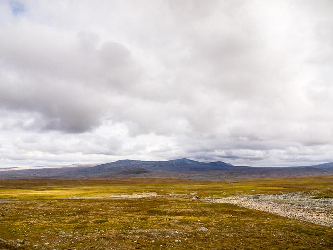 Mönkijäurien päätyttyä suoraan eteenpäin, huomenna edessä olevien tuntureiden kierto vasemmalta. Guovllalahku, Norja