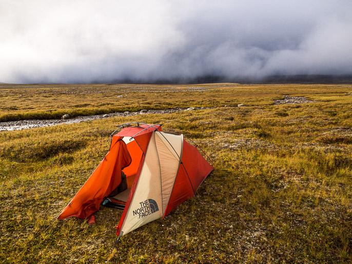 Hetkellinen valonpilkahdus pilvien keskellä, nopeasti ne pilvet palaavat ylle. Njearrinjalggat, Norja