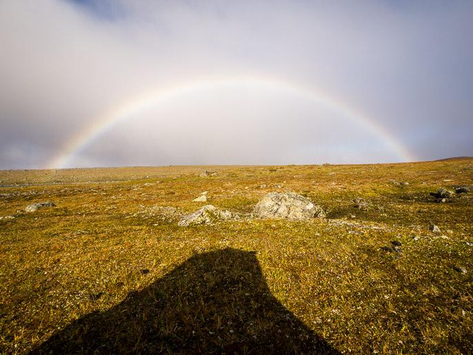 Ilma oli täynnä pientä pisaraa ja auringon pilkahdus pilvien välistä tuotti jatkuvasti sateenkaaren teltan eteen. Coarvvosjavri, Norja